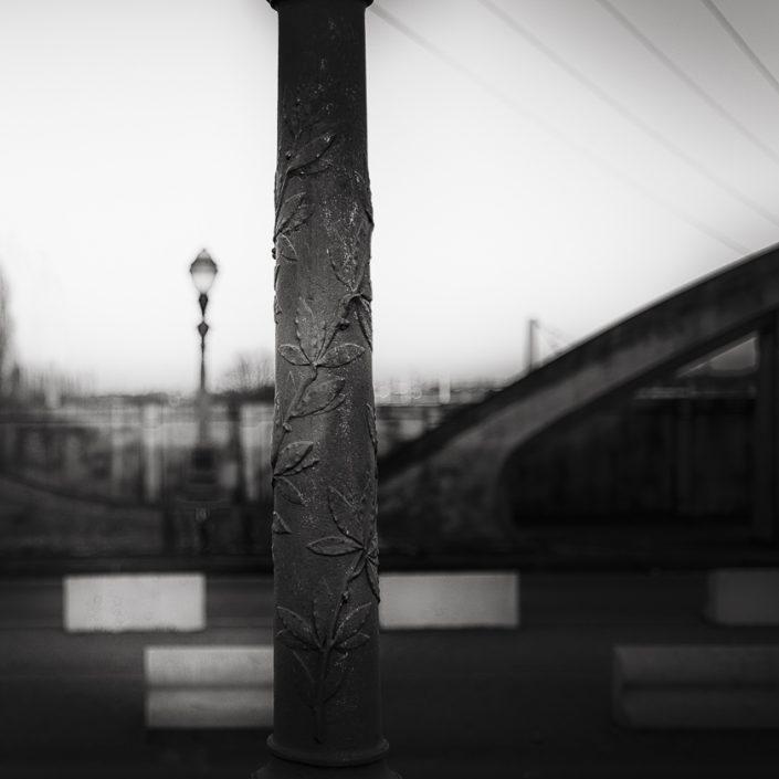 poteau-lampadaire-pont-noir-et-blanc