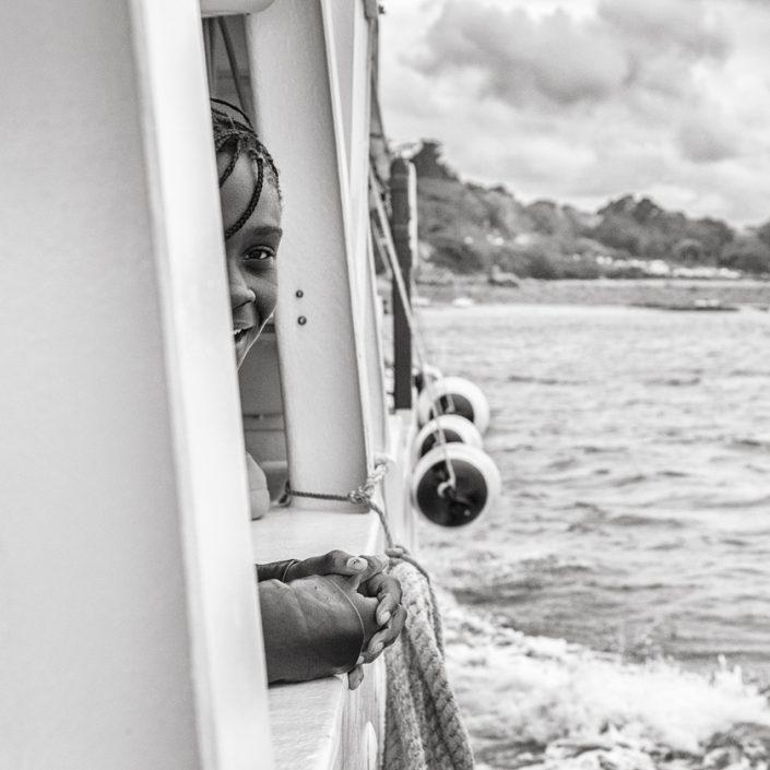 enfant-bateau-sourire-noir-et-blanc