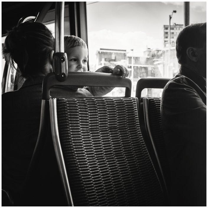 enfant-bus-noir-et-blanc