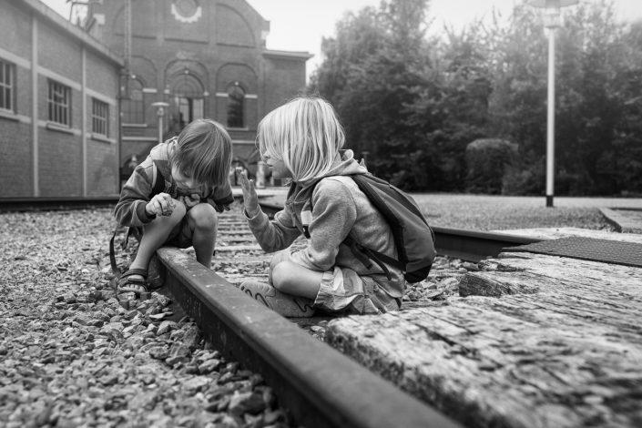 enfant-cailloux-rail-noir-et-blanc