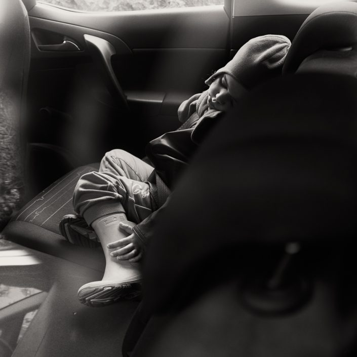 enfant-songe-voiture-sieste-noir-et-blanc
