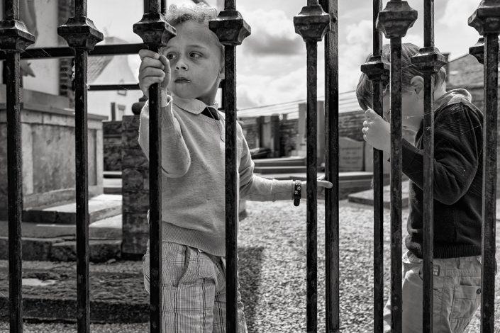 enfants-grille-noir-et-blanc