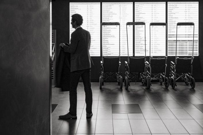 hopital-fauteuil-roulant-noir-et-blanc