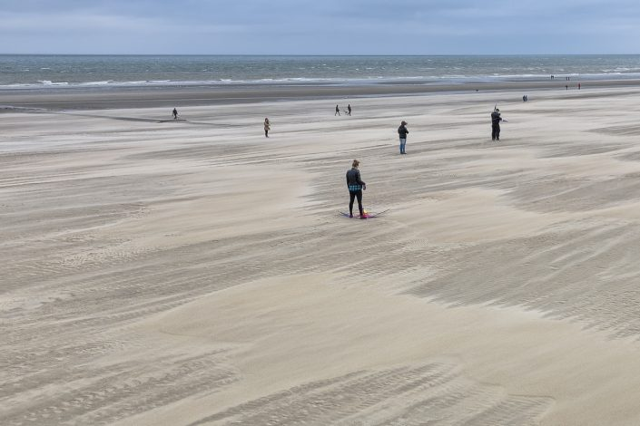 plage-vent-personnages-mer