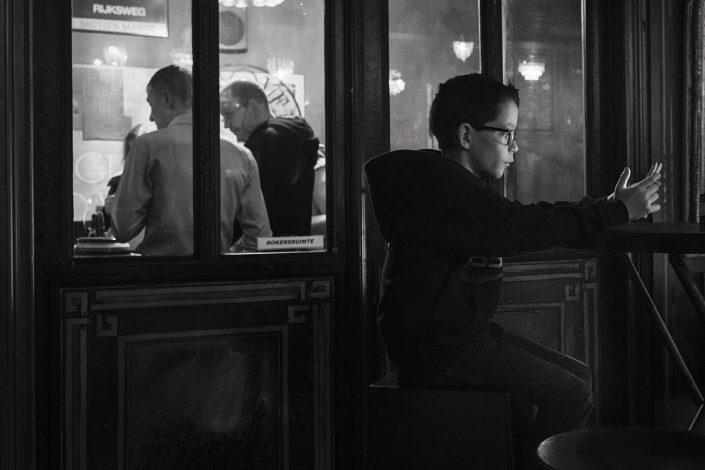taverne-enfant-telephone-smartphone-noir-et-blanc
