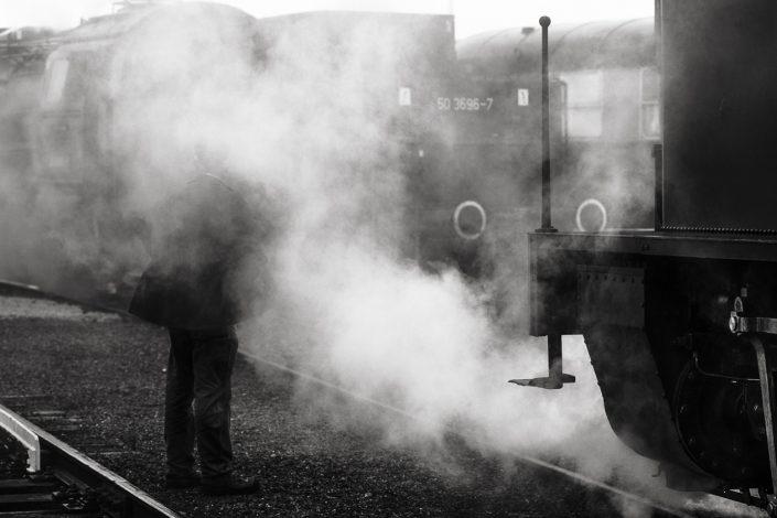 train-vapeur-homme-noir-et-blanc