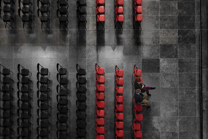 basilique-koekelberg-couple-chaise-rouge-noir