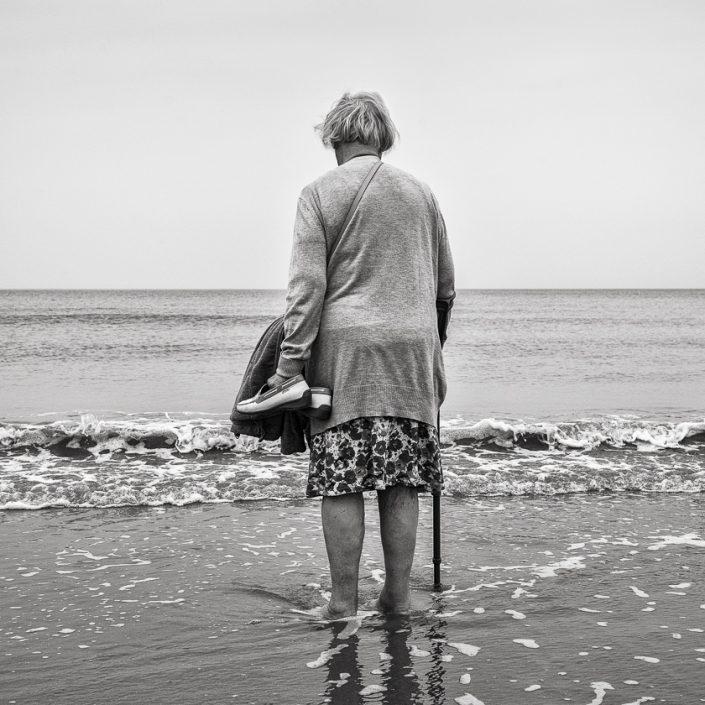 promenade-dame-agee-mer-noir-et-blanc