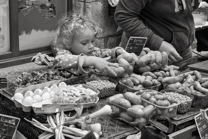 enfant-marche-pomme-de-terre-noir-et-blanc